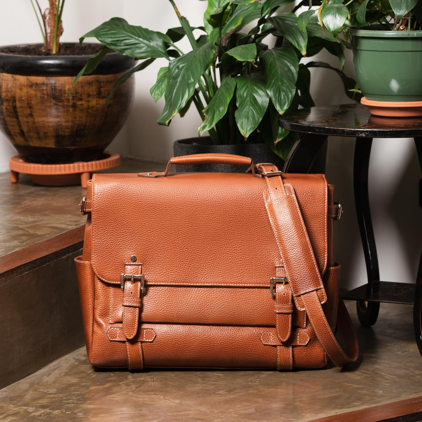 beckett simonon gaston messenger-bag pebbled leather tan lifestyle